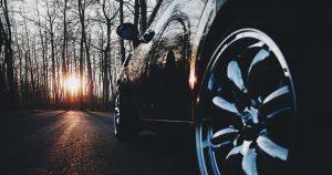 朝日と自動車