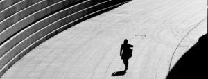 日差しの下で歩く女性のシルエット