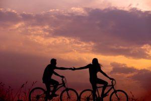 自転車で走る二人のシルエット