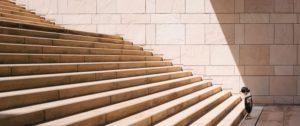 階段をのぼる人
