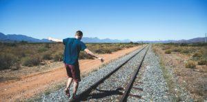 線路と男性