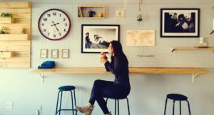Cafeに居る女性