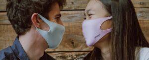 マスクをする仲良いカップル
