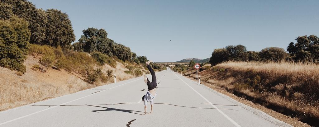 道を楽しんで歩く