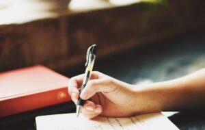 手紙を書いている